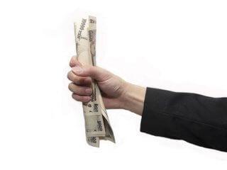 お金を掴んでる男の手