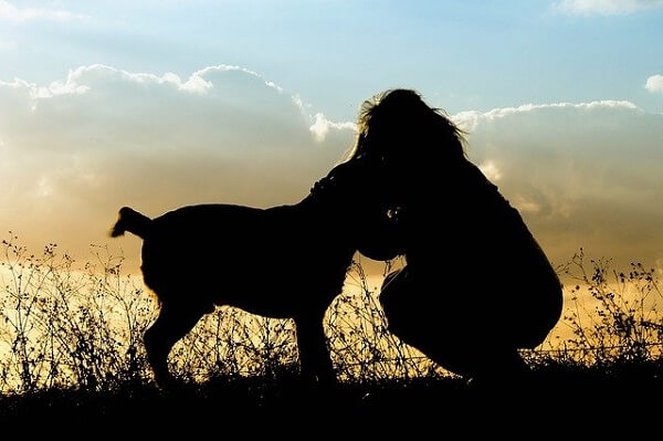 犬を抱きしめてる女性